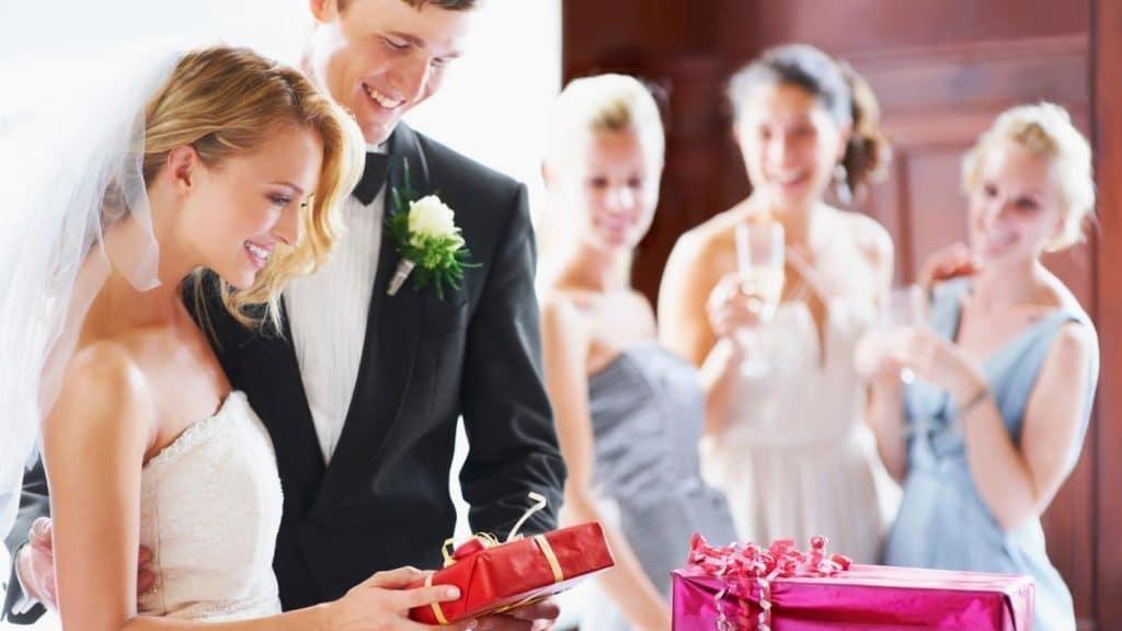 Оригинальный подарок на свадьбу молодоженам своими руками
